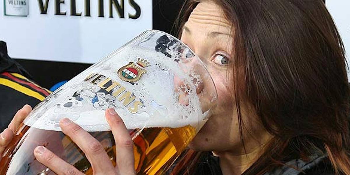 Mujer tomando cerveza