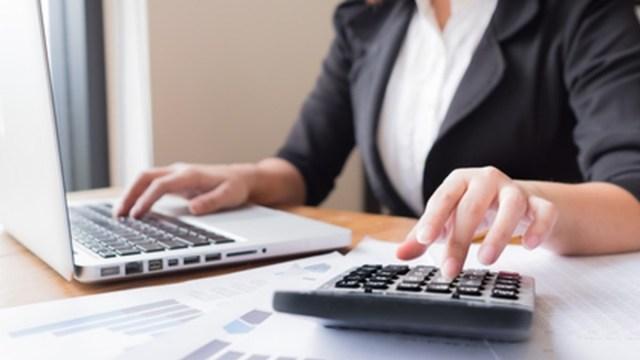 Imagen: Una contadora utiliza la computadora y una calculadora, 28 de octubre de 2019 (Imagen: Especial)