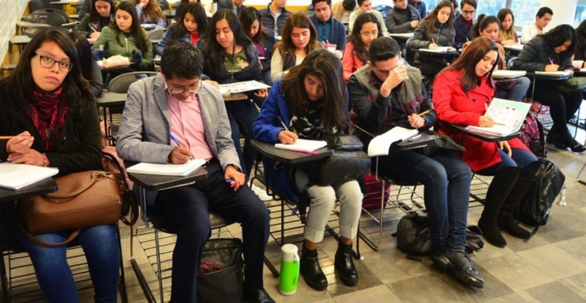 Estudiantes de la UNAM en un salón de clases