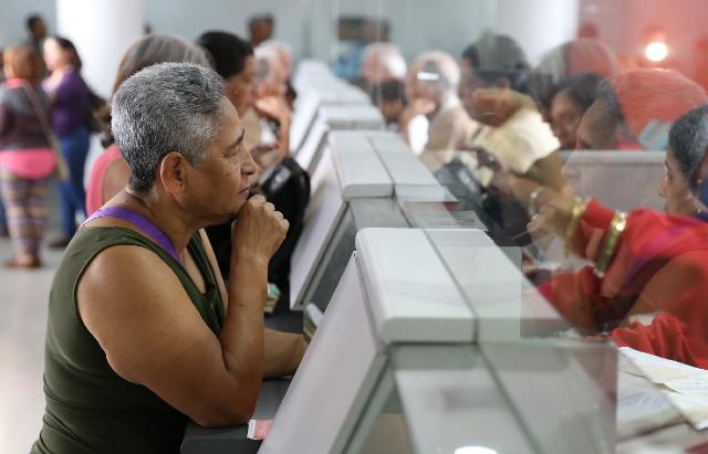 29 noviembre 2019, aguinaldo, pensionados, persona, mujer, banco, cobro, dinero, efectivo, institución bancaria, adulto mayor, pensión.