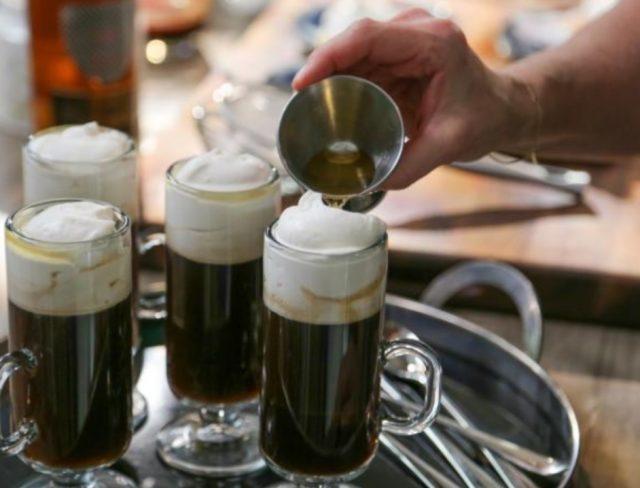Imagen: Un hombre sirve café irlandés, 27 de noviembre de 2019 (Imagen: Especial)