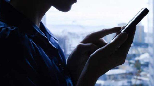 Imagen: Mujer trata bloquear una llamada inesperada, 8 de noviembre de 2019 (Imagen: Especial)