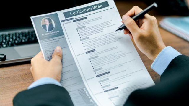 Imagen: Un reclutador examina un CV, 4 de noviembre de 2019 (Imagen: Especial)