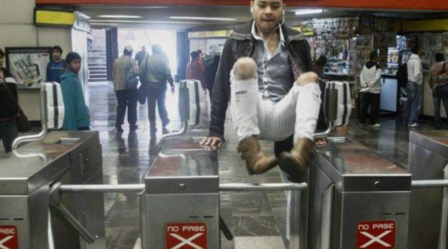 19 de diciembre de 2019, dinero Metro, Cdmx, un joven salta torniquetes del Metro (Imagen: Especial)