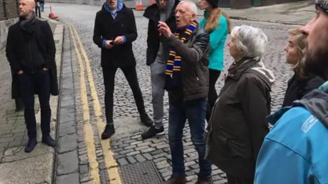 4 de diciembre de 2019, indigentes, guía turístico, Dublin, Derek McGuire, con bufanda, lidera un grupo de turistas por el barrio de LIberties de Dublín (Imagen: Especial)