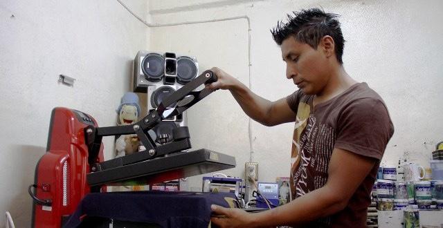 3 de enero de 2020, un joven labora con una máquina (Imagen: Especial)