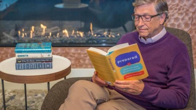 11 de diciembre de 2019, Bill Gates, Microsoft, fortuna, dinero, Bill Gates, fundador de Microsoft, es captado mientras lee un libro (Imagen: Especial)
