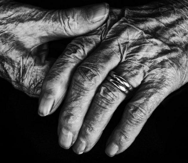 10 de diciembre de 2019, vejez, finanzas personales, afores, manos de una persona adulta (Imagen: Especial)