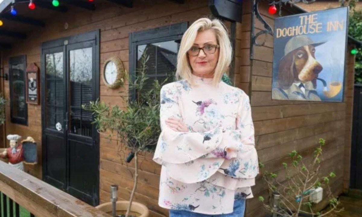 6 de diciembre de 2019, bar, pub, marido, construye, paga, Jayne encontró una manera de evitar que su esposo Paul fuera constantemente a un bar (Imagen: Especial)
