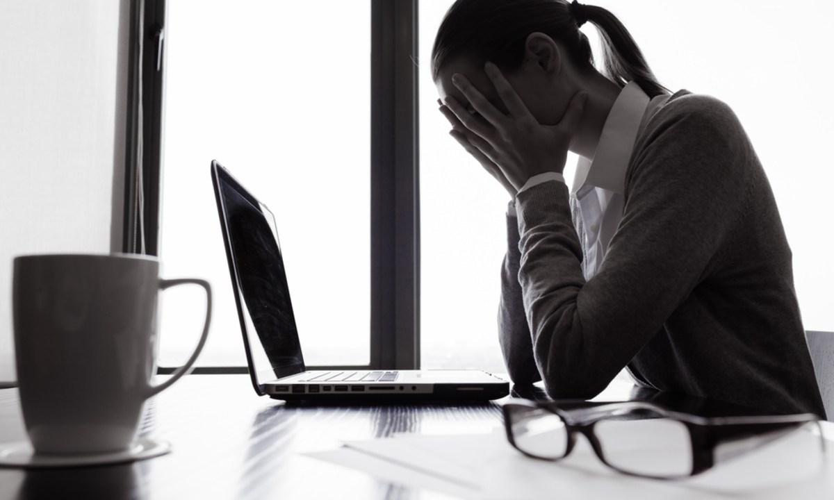 Malos consejos de finanzas personales, Mujer, Finanzas Personales, Computadora, Lentes, Taza, Computadora