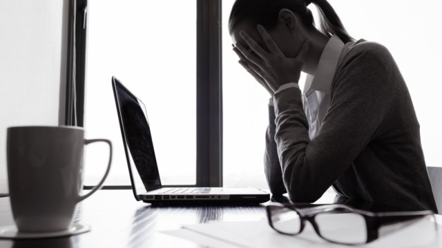 06 de enero 2020, Malos consejos de finanzas personales, Mujer, Finanzas Personales, Computadora, Lentes, Taza, Computadora