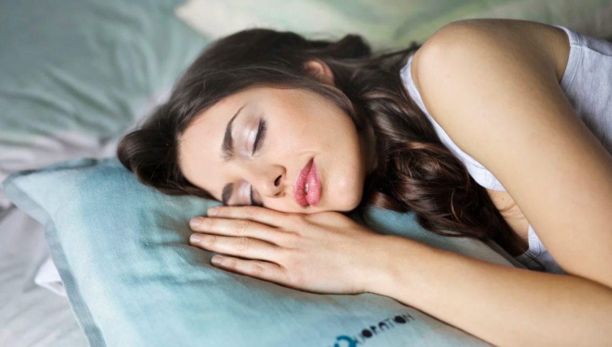 10 de enero de 2020, dinero, empleo, dormir, una mujer duerme con tranquilidad (Imagen: Unsplash)