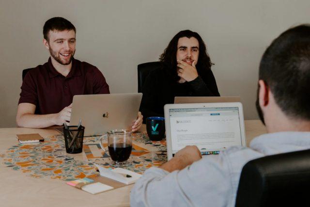 12 de febrero de 2020, jóvenes trabajan (Imagen: Unsplash)