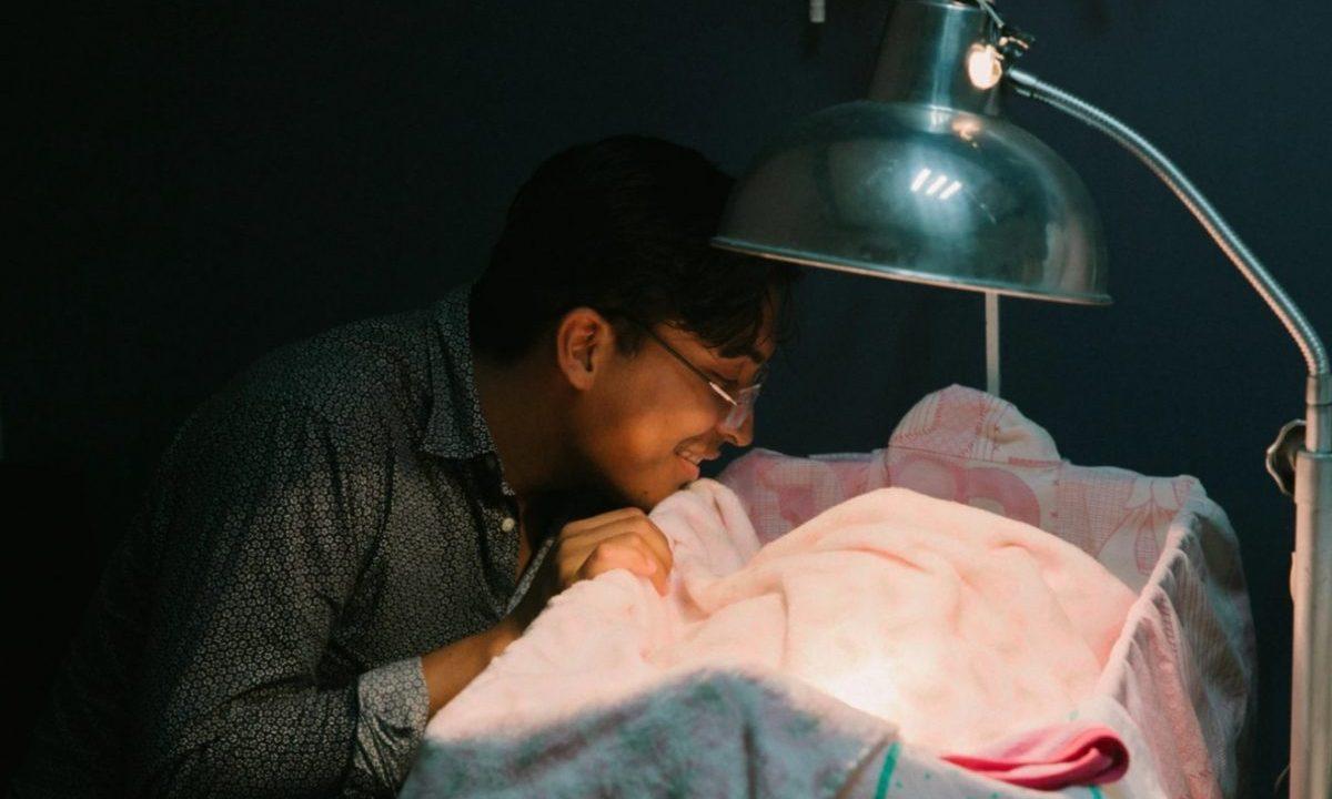 5 de febrero de 2020, un padre cuida de su hijo recién nacido (Imagen: Unsplash)