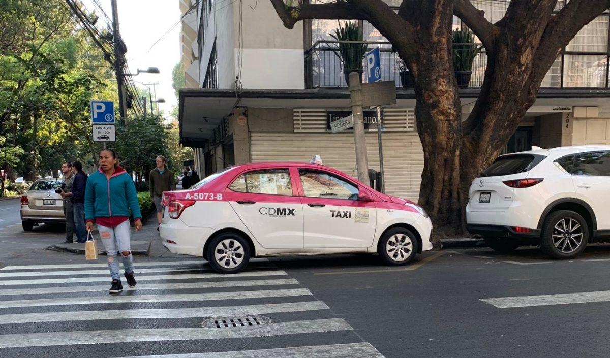 17 de febrero de 2020, un peatón cerca de un taxi (Imagen: Twitter: @_JorgeOlvera_)