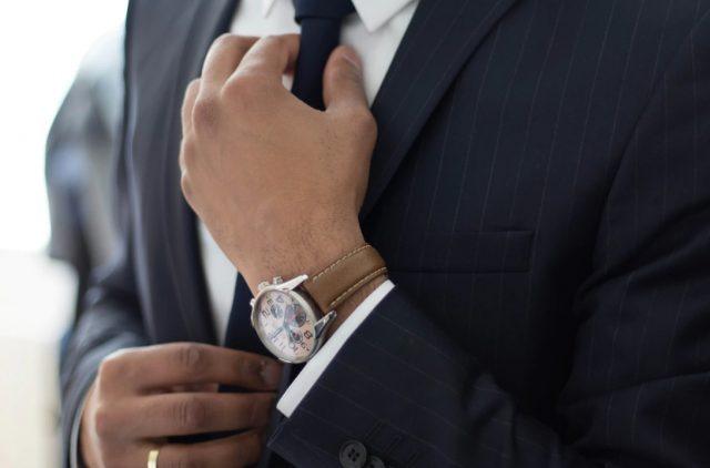 18 de enero de 2020, un ajuste de la corbata para entrevista de trabajo (Imagen: Unsplash)