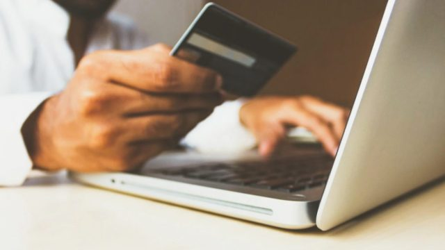 Uso de tarjeta de crédito para comprar un producto en línea (Imagen: Unsplash)