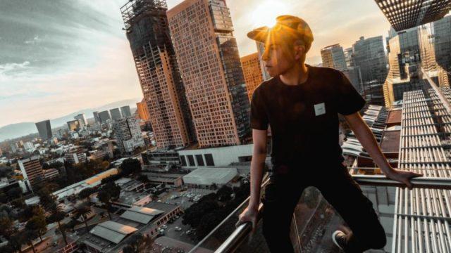 14 de febrero de 2020, joven contempla el Centro de la CDMX desde las alturas (Imagen: Unsplash)