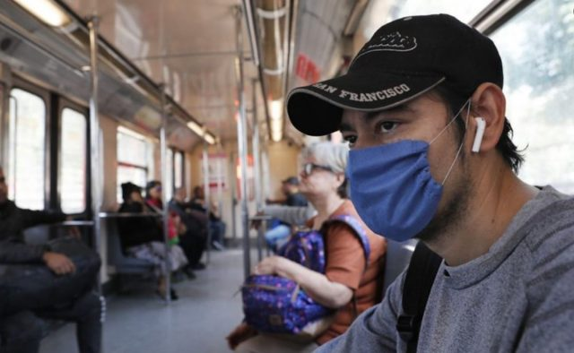 estudiante en el Metro de CDMX, (Imagen: Twitter @SalaPrensaUNAM)