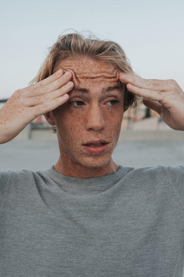 preocupación de un joven (Imagen: Unsplash)