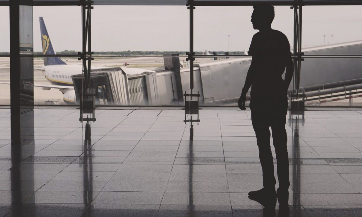 Persona espera reembolso de aerolínea (Imagen: Unsplash)
