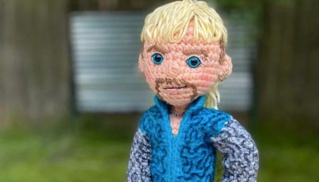 Muñeco tejido en estambre de Joe Exotic (Imagen: Etsy   craftyiscoolcrochet)