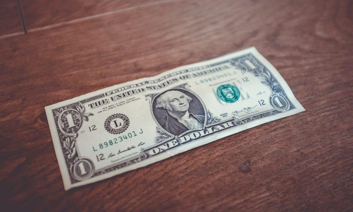 Dólar en la mesa (Imagen: Unsplash)