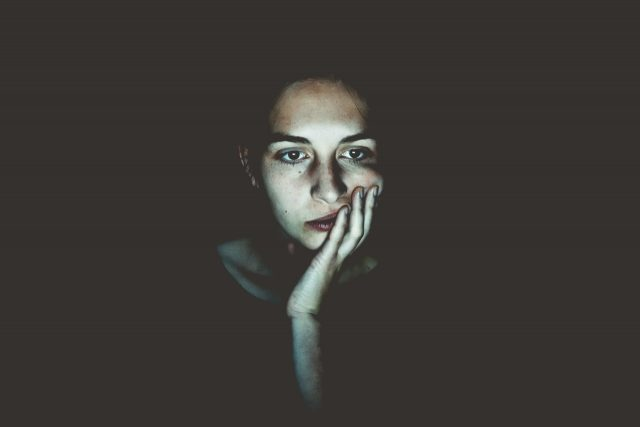 Mujer con dudas sobre las afores (Imagen: Unsplash)