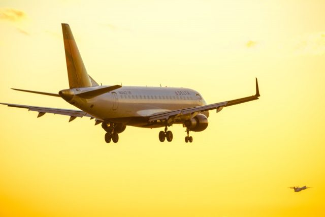 Avión en pleno vuelo (Imagen: Unsplash)