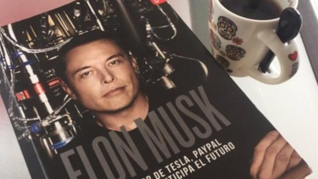 Libro de Elon Musk (Imagen: Twitter @sebaristizabal)