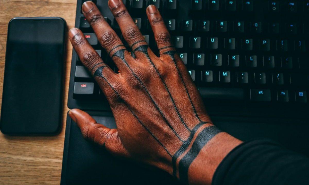 Tatuaje en manos (Imagen: Unsplash)