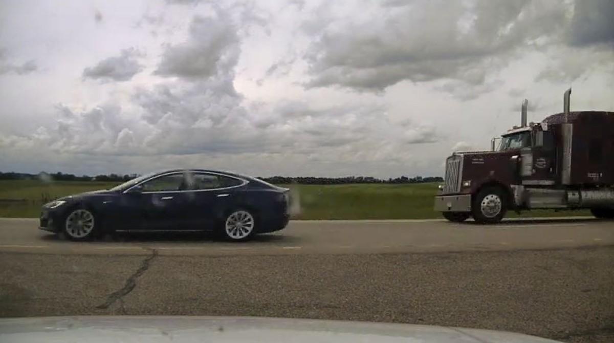 Detienen a conductor de Tesla por quedarse dormido a 140 Km/h