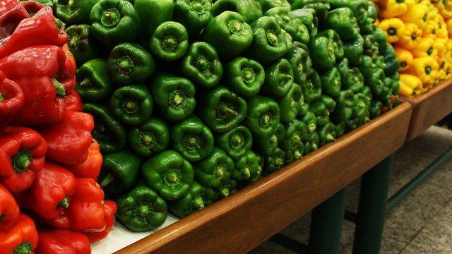 EU contempla imponer arancel a frutas y verduras mexicanos