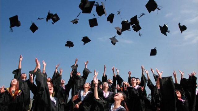 Universitarios graduados (Imagen: Pexels)