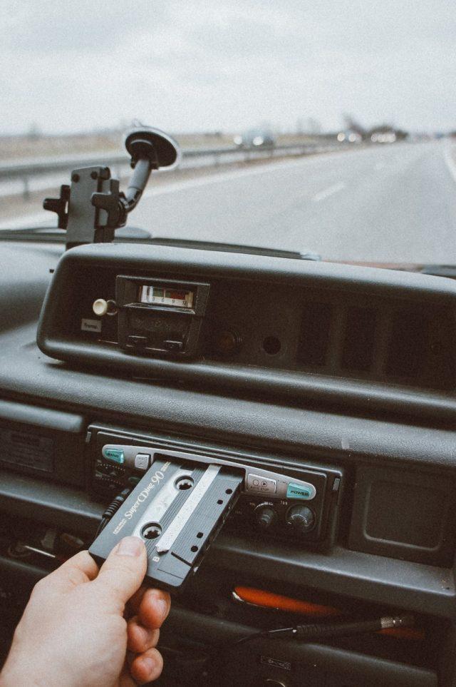 Escuchar música en el coche para relajarte (Imagen: Unsplash)