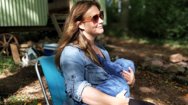 Mamá de leche maerna a su bebé (Imagen: Unsplash)