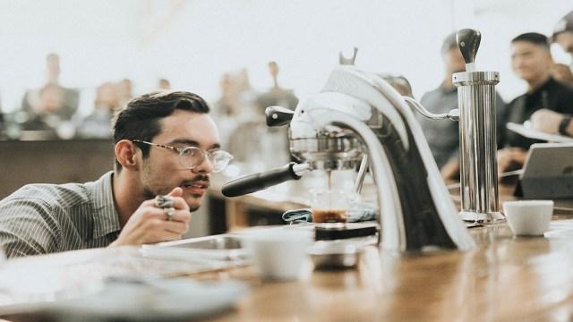 Un hombre ve el proceso de preparar café en cafetera (Imagen: pixabay)