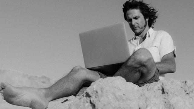 Trabajo remoto desde la playa (Imagen: pexels)