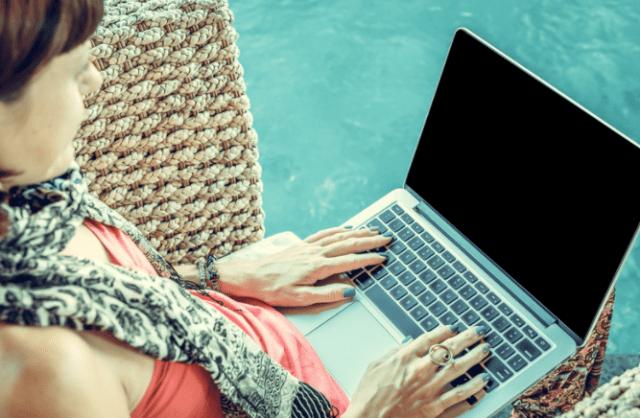 Una mujer utiliza internet en su computadora portatil (Imagen: goodfreephotos.com)