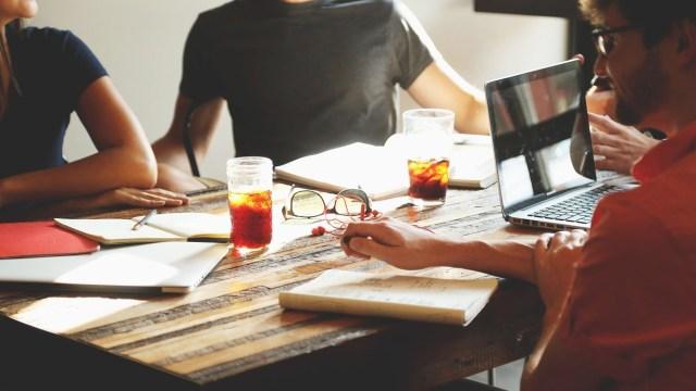 Compañeros de trabajo que ganan más que tú (Imagen: pixabay)