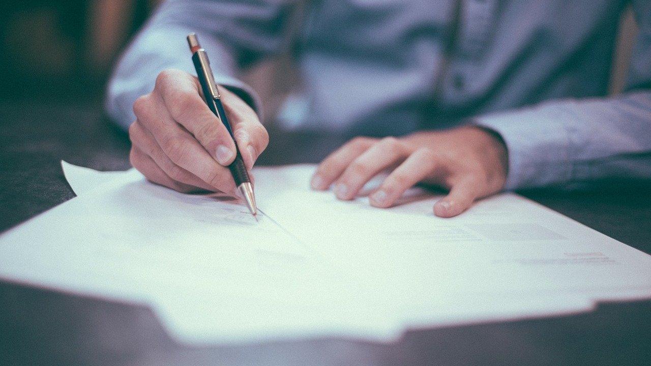 Al ser aval de un amigo o familiar tienes la obligación de liquidar la deuda en caso de que tu conocido no pague
