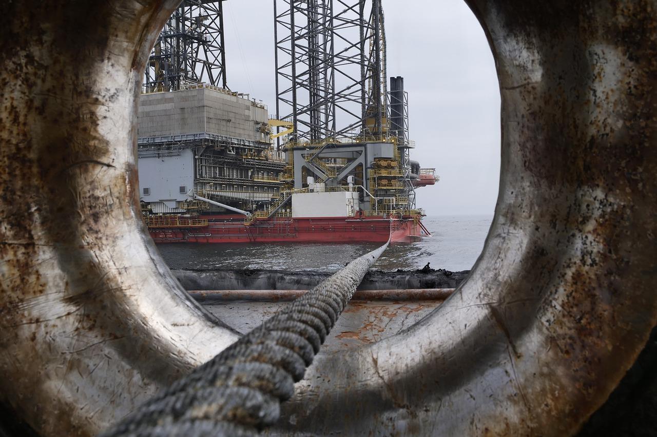 Tensión en la OPEP+ pone en entredicho recortes a la producción petrolera