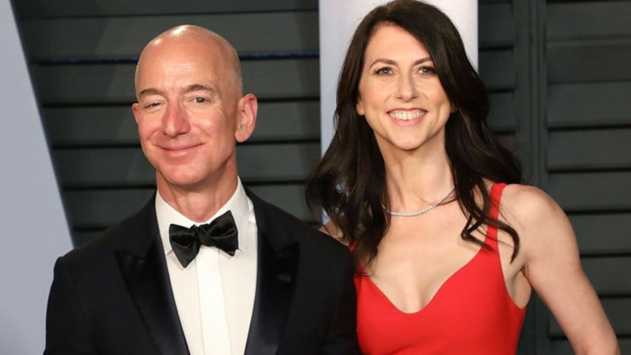 Exexposa de Jeff Bezos (Imagen: Twitter @outsidethedcbox)