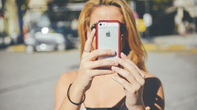 ¿Comprar el iPhone o acciones de Apple? Te decimos cuál te conviene