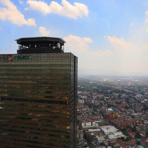Pemex, riesgo fiscal para México: Calificadoras