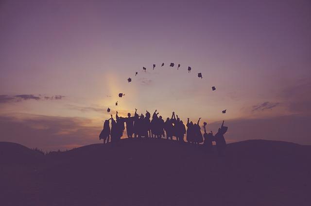 Entre las cualidades de las personas exitosas está que juntas llegan a la cima