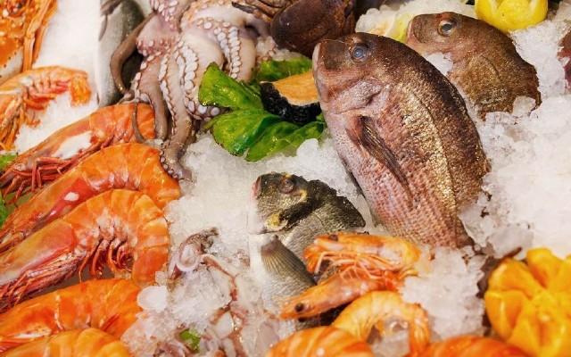 Realiza un presupuesto antes de acudir por pescados y mariscos