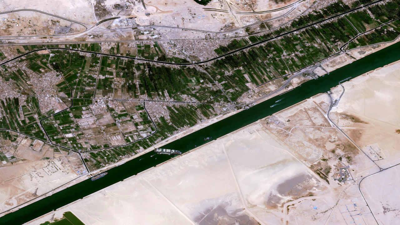 ¿Por qué un percance en el Canal de Suez podría hacer que cueste más la gasolina?
