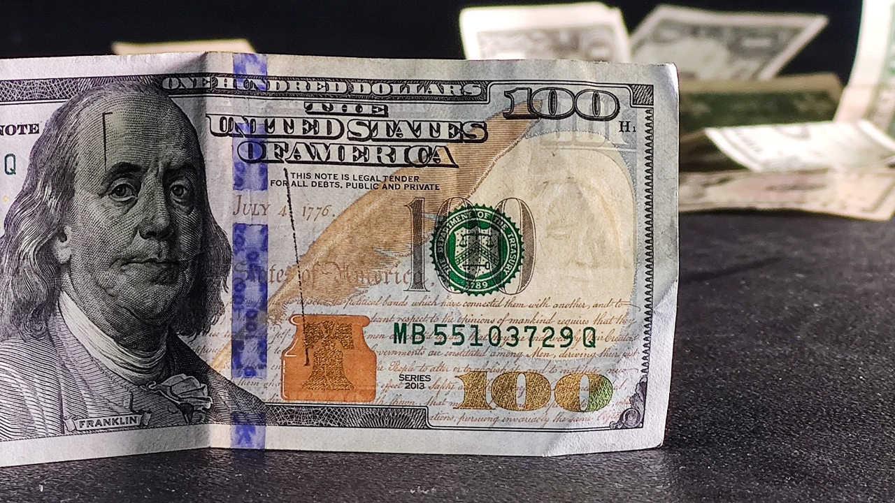¿Cómo puedo convertir mis pesos a dólares?