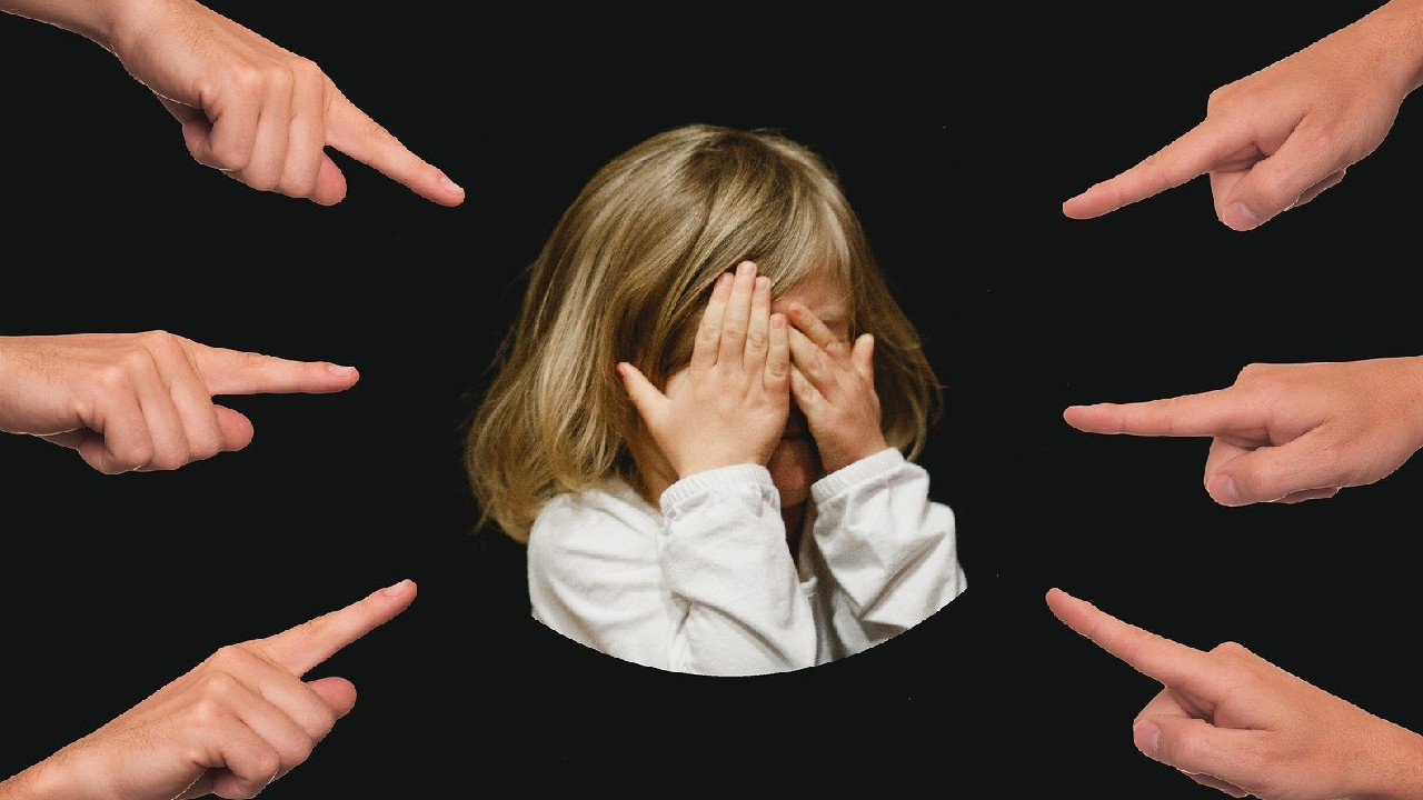 Por deudas bloquean a niña de clases en línea